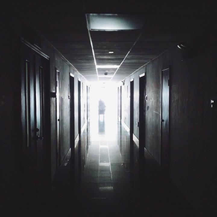 hallway-867226_1920