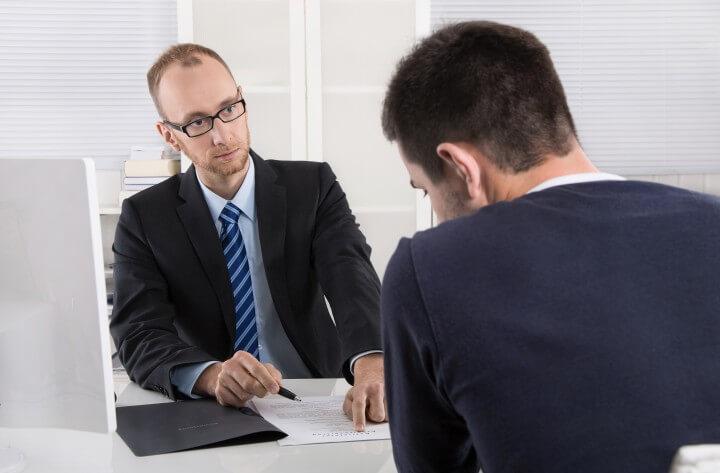 Gesprch: Chef und Arbeitnehmer ber Kndigung Arbeitsvertrag
