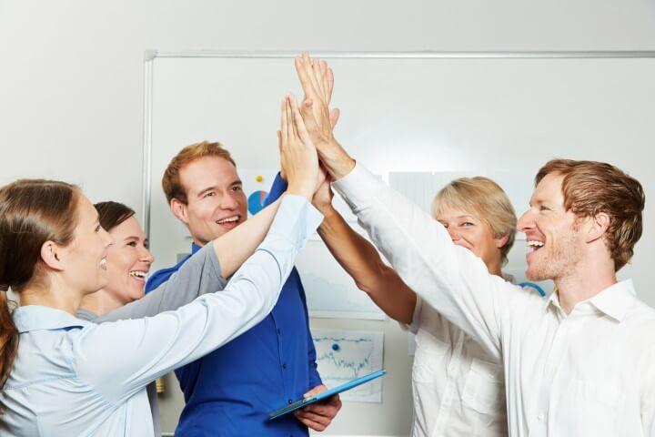 Erfolgreiches Business Team gibt sich High Five im Büro